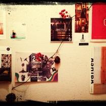 家の壁そのいち。 散歩中で見つけたチラシやショップカードを貼ってあります。今はさるとりいばらで秋バージョン。